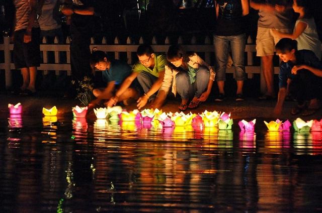 Thả đèn hoa đăng mùa Vu Lan