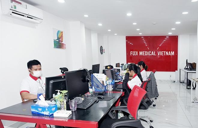 các nhân viên làm việc tại văn phòng Fuji