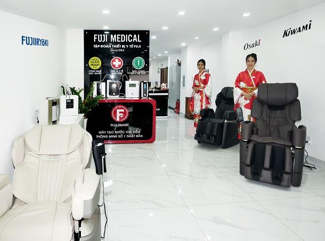 ghế massage và máy lọc nước trưng bày tại văn phòng đại diện của fuji medical