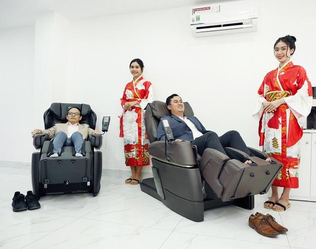 khách tham quan trải nghiệm ghế massage